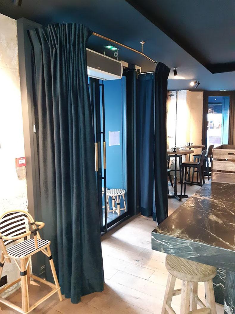 portière-en-tissu-entrée-restaurant-paris