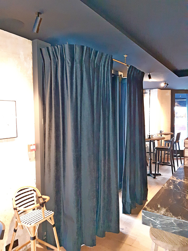 rideaux-sur-mesure-fermés-entrée-de-restaurant-paris
