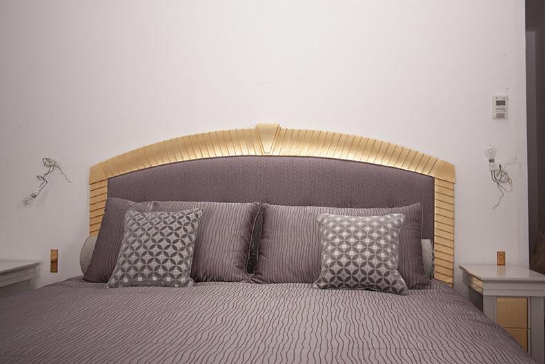 tête-de-lit-sur-mesure-bordure-bois-dorée