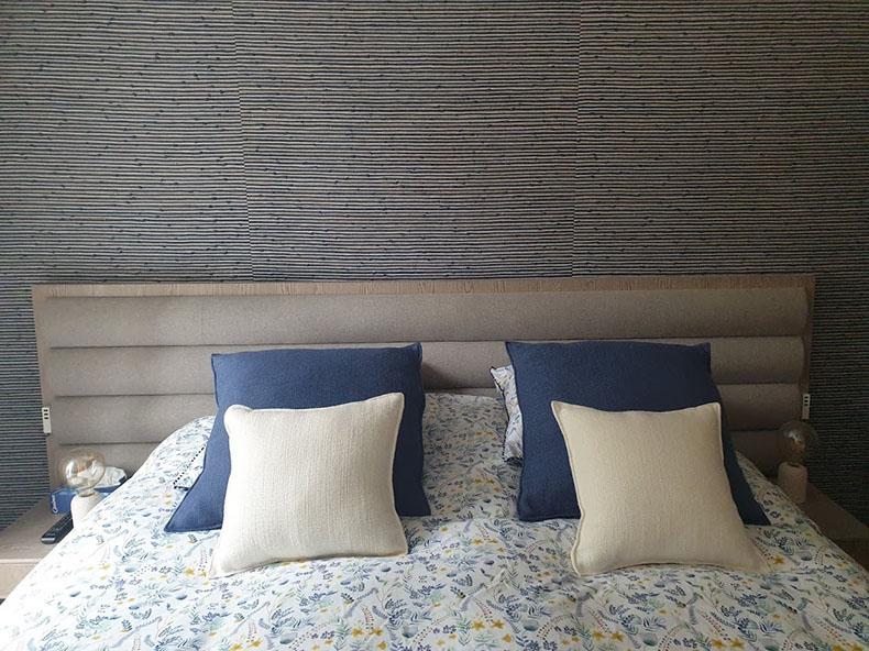 pose-papier-peint-derrière-le-lit