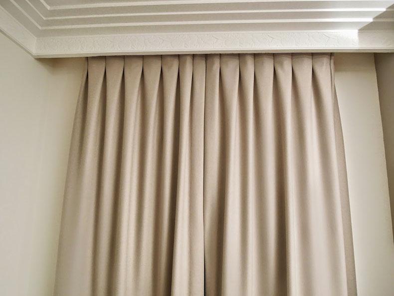 rideaux-beige-pli-plat-sur-mesure-appartement-paris