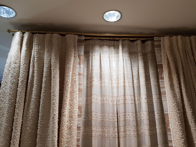 rideaux-plis-plats-sur-mesure-et-sous-rideaux-showroom-paris