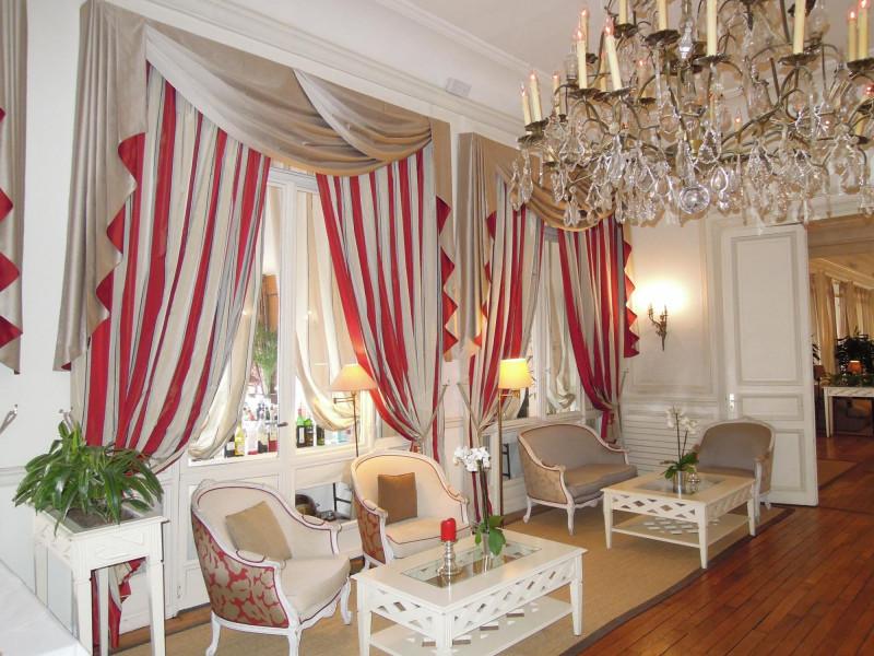 """Hôtel Henry IV Saint Germain en Laye : Rideaux et Stores """"bateau"""" Salle de réception et restaurant Tissu : Manuel Canovas"""